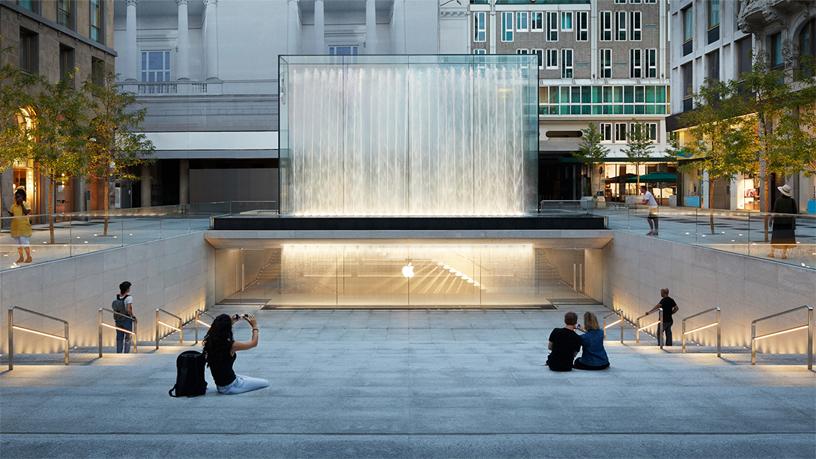 户外露天剧场是通向 Apple Piazza Liberty 的入口。