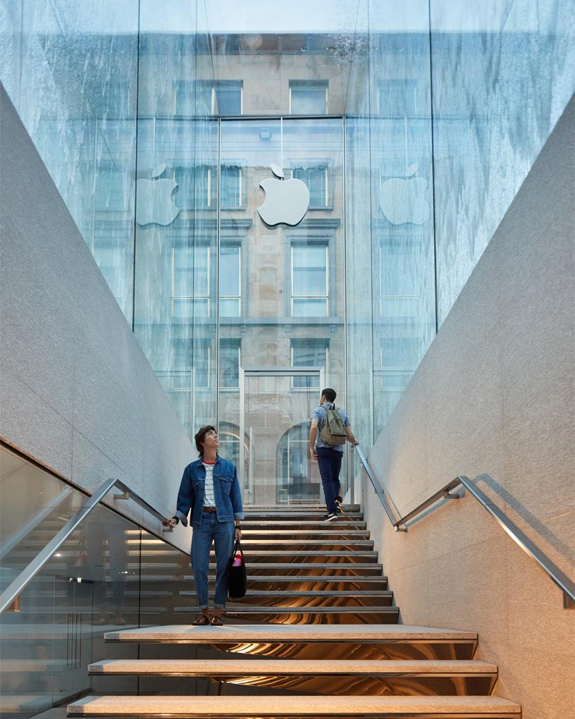 通往 Apple Piazza Liberty 入口的楼梯。