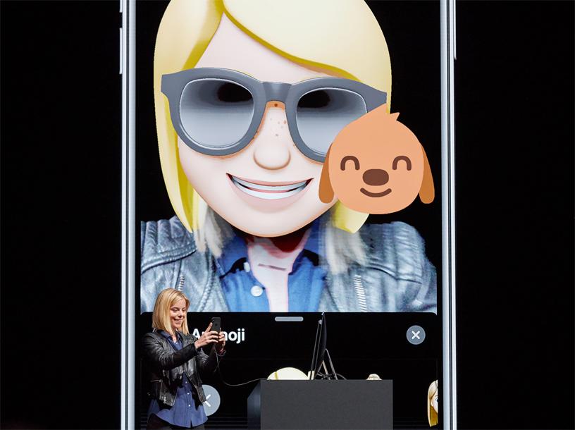 Kelsey Peterson 在 WWDC 2018 的台上演示 Memoji。