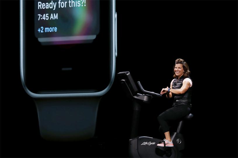 Julz Arney 在 WWDC 2018 的台上骑着健身单车演示 watchOS。