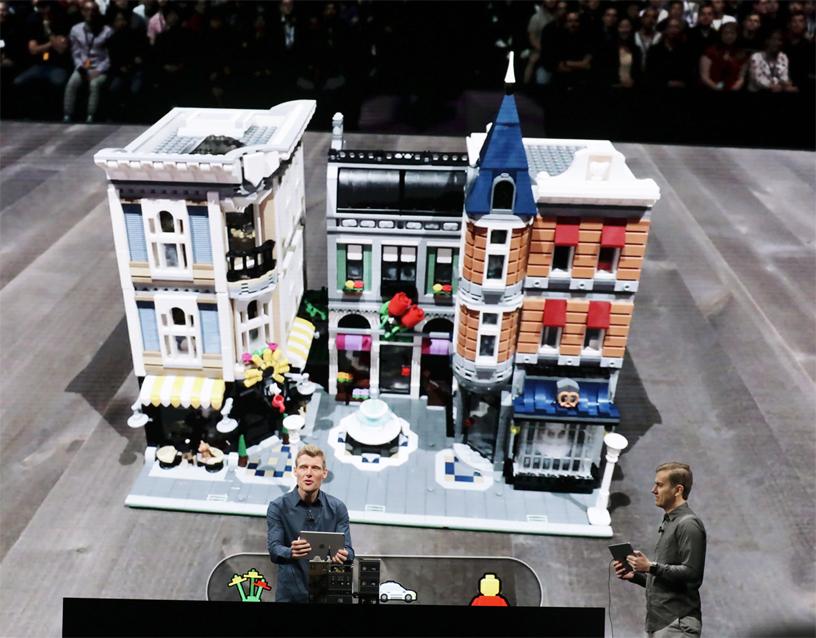 Martin Sanders 在 WWDC 2018 的台上演示 LEGO AR City。