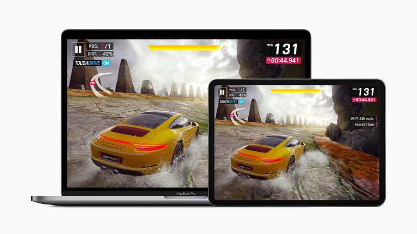 iPad 和 MacBook Pro 屏幕正显示赛车游戏《狂野飙车 9:竞速传奇》。