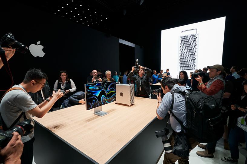 主题演讲与会者近距离了解全新 Mac Pro 和 Pro Display XDR。