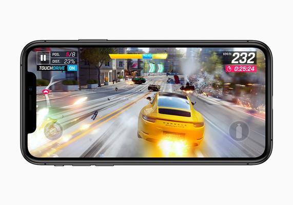 iPhone XS 上显示《狂野飙车 9:竞速传奇》的赛车游戏玩法。