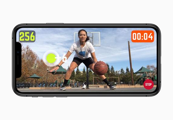 iPhone XS 上显示来自《HomeCourt》的视频。