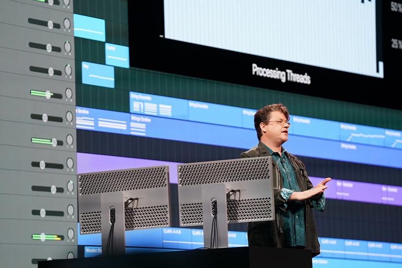 David Earl 在 WWDC 2019 演讲台上。