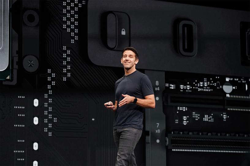 John Ternus 在 WWDC 2019 演讲台上。