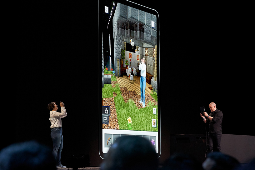 来自 Mojang 的 Lydia Winters 和 Saxs Persson 在 WWDC 2019 演讲台上。