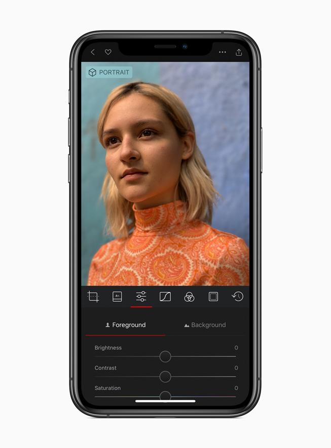 iPhone 11 Pro 展示 Darkroom app。