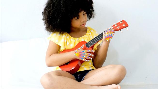 儿童弹奏尤克里里来演示手势检测。