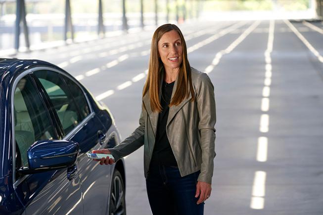 Emily Schubert 在 WWDC20 上展示数字车钥匙。
