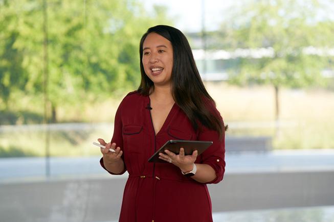 Jenny Chen 在 WWDC20 上用 iPad Pro 演示手写功能。