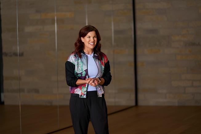 Julz Arney 在 WWDC20 上展示 Apple Watch 舞蹈体能训练。
