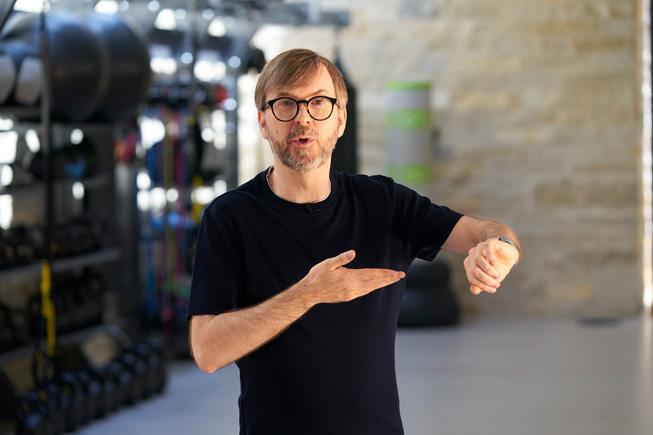Kevin Lynch 在 WWDC20 上介绍 watchOS 7 功能。