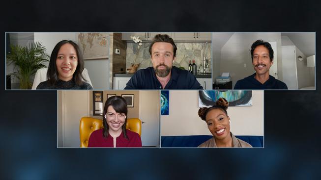 《Mythic Quest: Raven's Banquet》的演员以及联合创作人 Megan Ganz 和 Rob McElhenney。