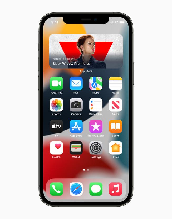 一台 iPhone 12 Pro 上正在展示 iOS 15 主屏幕上重新设计的小组件。