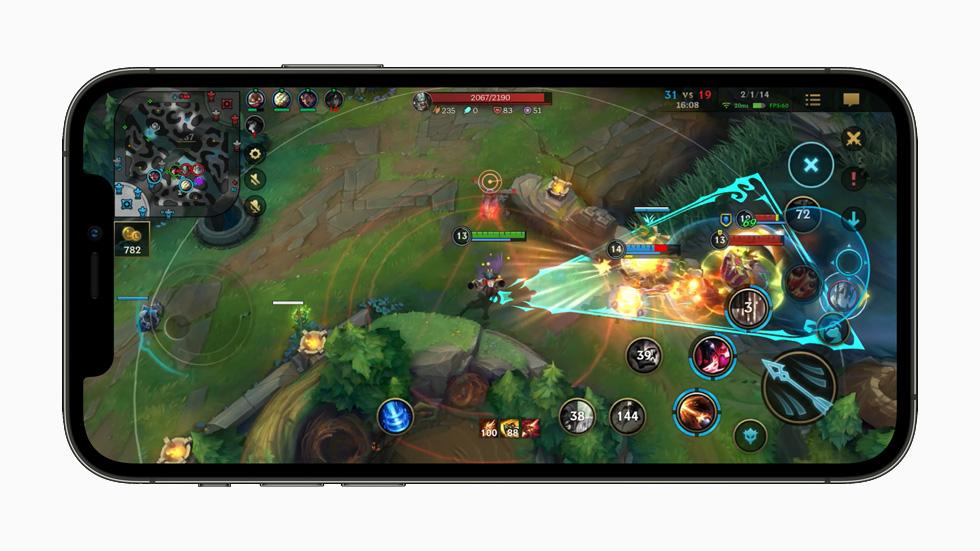 League of Legends: Wild Rift 游戏画面,在 iPhone 12 Pro 上展示。