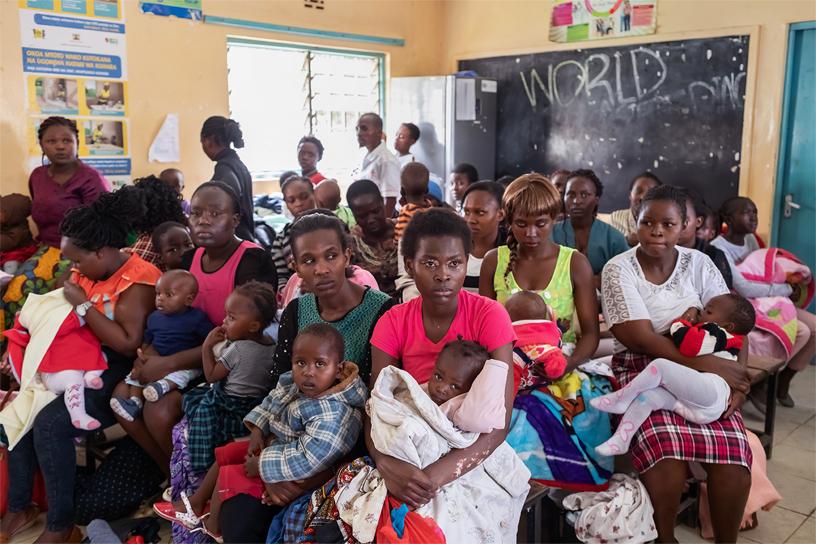 在 Embakasi 等待的一群女性。