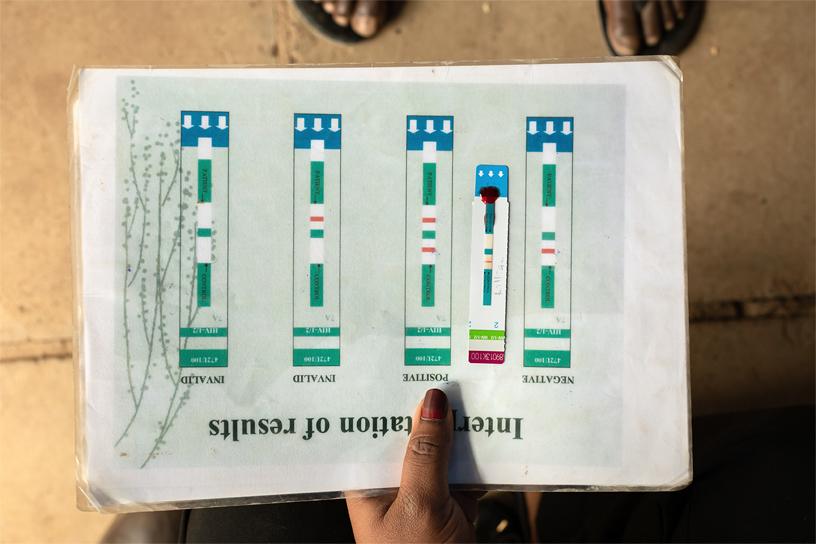 试纸位于阳性结果和阴性结果样本中间。