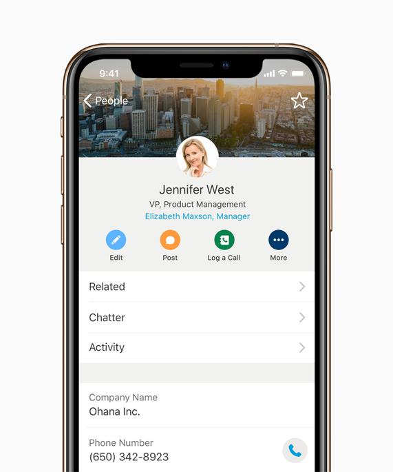 iPhone 上显示的为 Salesforce Mobile App。