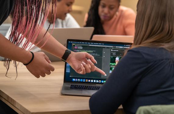 一名 Apple 员工正在对参与者进行指导。