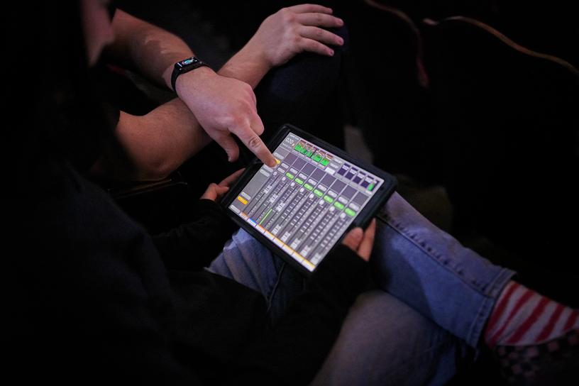 Savanna Starks 正在使用 iPad Pro。
