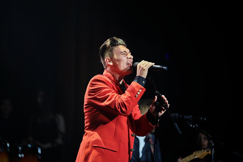 Grant Durazzo 在舞台上演唱。