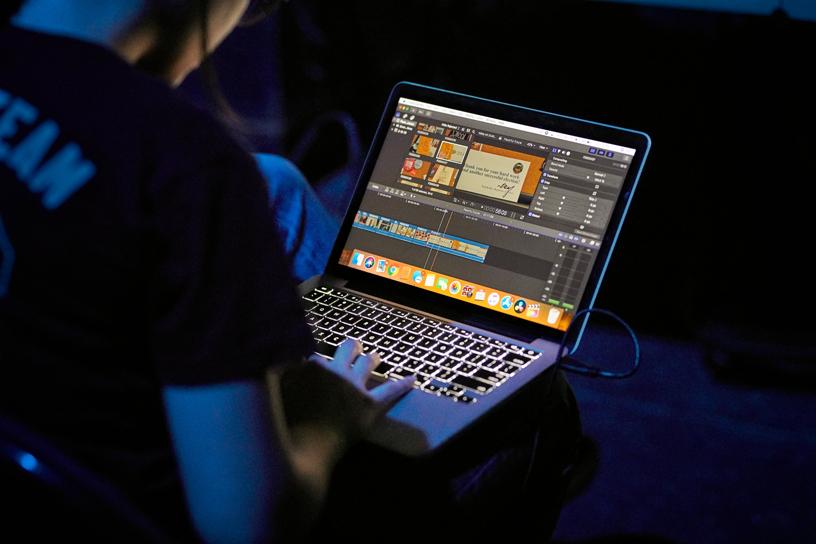 学生使用 Final Cut Pro X 来剪辑音乐视频。