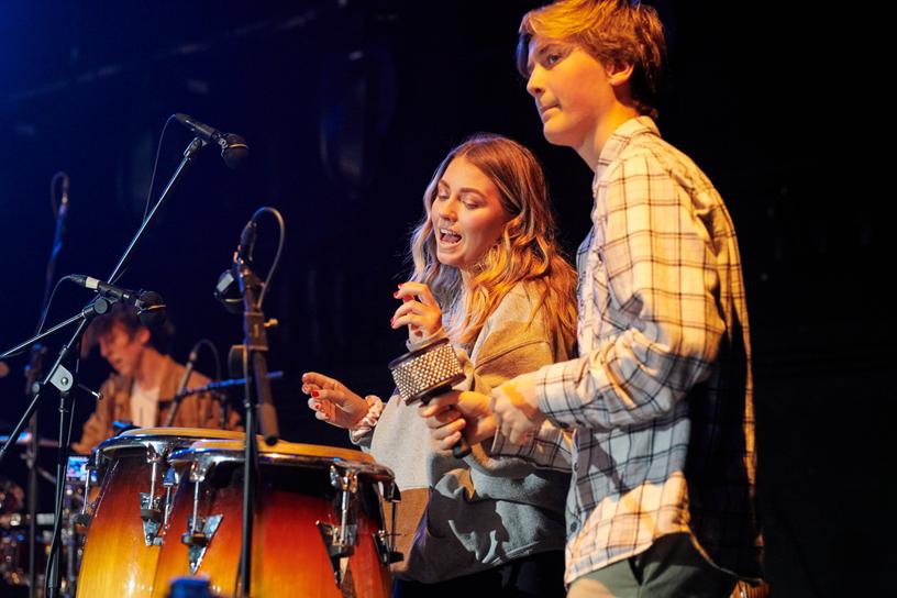 两名学生正在演奏打击乐器。