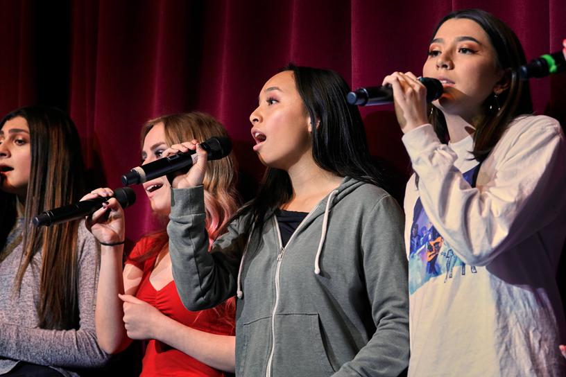 Cailey Collado 和同学们在舞台上排练。