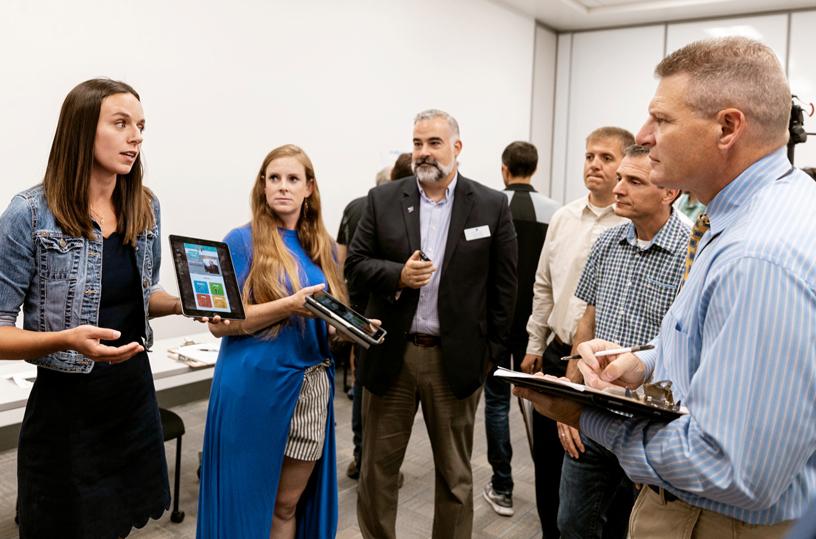 教育工作者和警察局长 Bill Bones 在纳什维尔教师编程学院的 app 作品展会上。