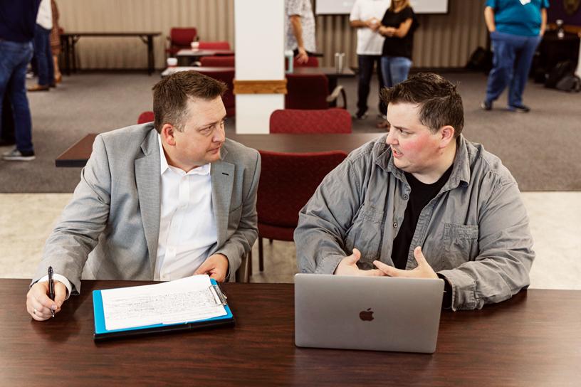 来自德克萨斯州奥斯汀的教育工作者正在 MacBook Pro 上评估 app。