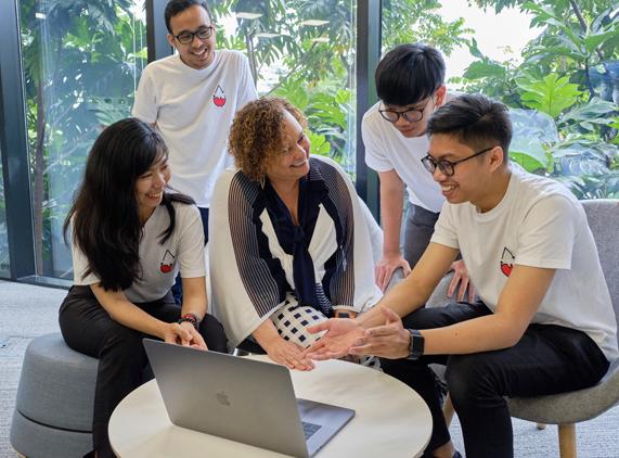 来自 Apple 的 Lisa Jackson 与雅加达 Apple 开发者学院的毕业生在一起。