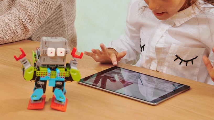 用于控制玩具机器人的 iPad。