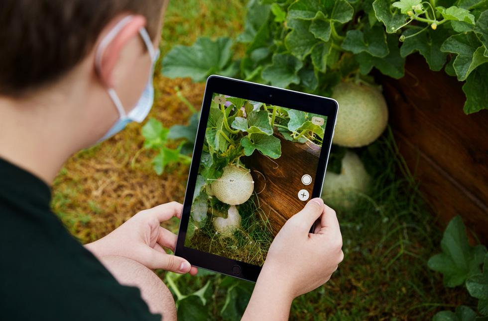 Stayton Slaughter 正在使用 iPad。