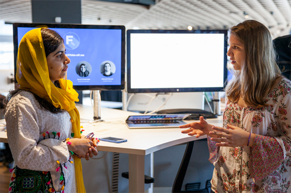 Malala Yousafzai 在里约 Apple 开发者学院与一名女士进行交谈。