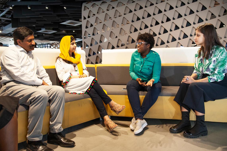 Malala Yousafzai 在里约 Apple 开发者学院与另外三人坐在沙发上。