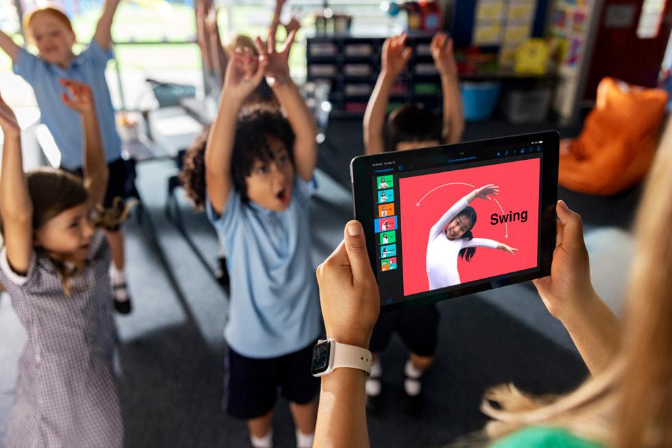 在教室中,学生正在通过舞蹈动作理解编程命令。
