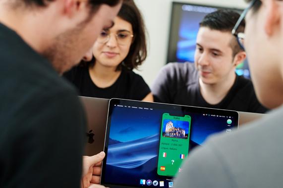 大学生在使用 MacBook。