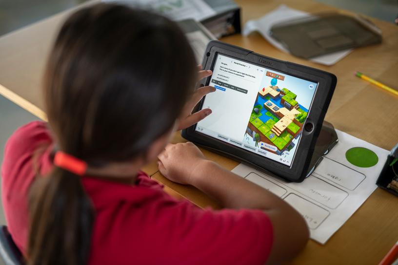 学生在课堂上使用 iPad。