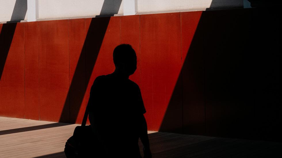 红墙背景下张雨的轮廓。