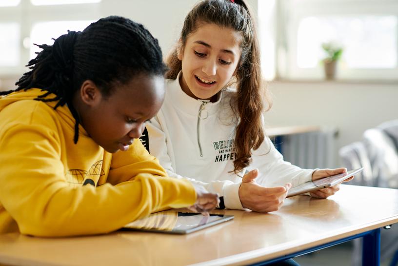 学生 Sharleen Wambui (左) 和 Medina Ibrahim 通过 iPad 展开合作。