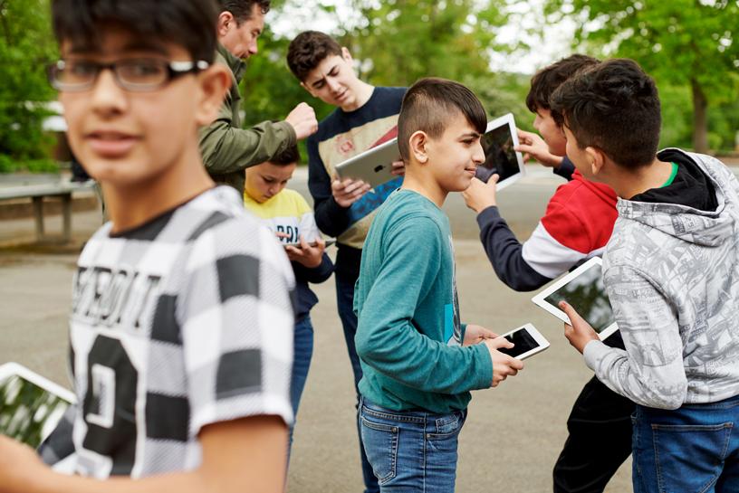 学生在户外使用 iPad。