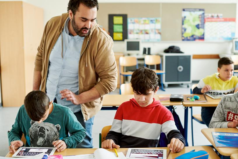Wilhelm Ferdinand Schussler Day School 的 Sinaan El Haq Hadjeri 看着自己的学生。