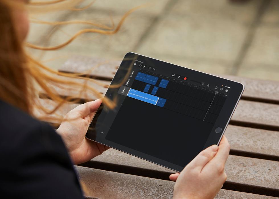 一名学生的 iPad 上显示着播客作业的音频文件。