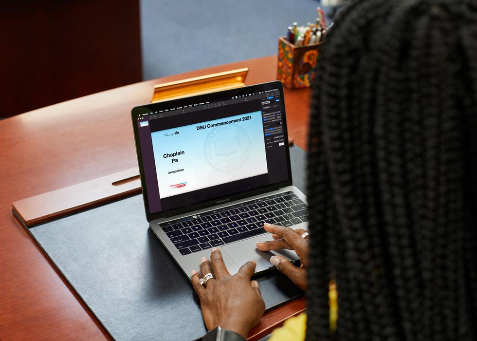 Francine Edwards 博士在 MacBook Pro 上制作特拉华州立大学 2021 年毕业典礼的虚拟元素。