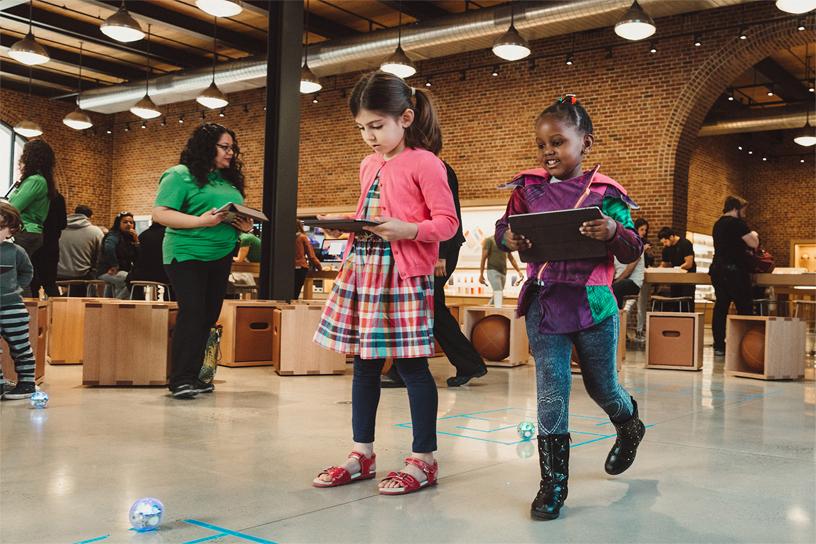 两个年轻女孩正在使用 iPad。