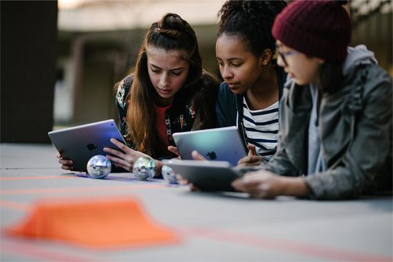 学生在 iPad 上体验连接对象。