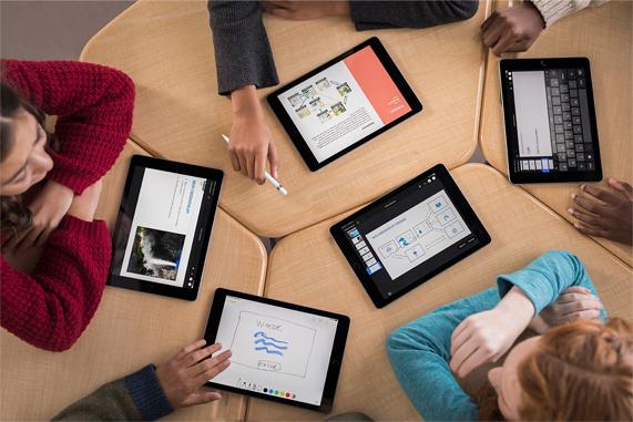 一桌年轻学生正在使用 iPad。