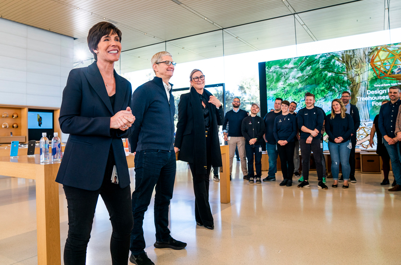 Deirdre O'Brien、Tim Cook 和 Angela Ahrendts 问候 Apple 团队成员。